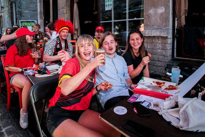Pintjes, pizza, voetbal en terras: het lijkt even alsof alles weer bij het oude is.