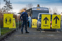 Beveiliging bij de coronatestbus op Urk nadat jongeren met vuurwerk gooiden.