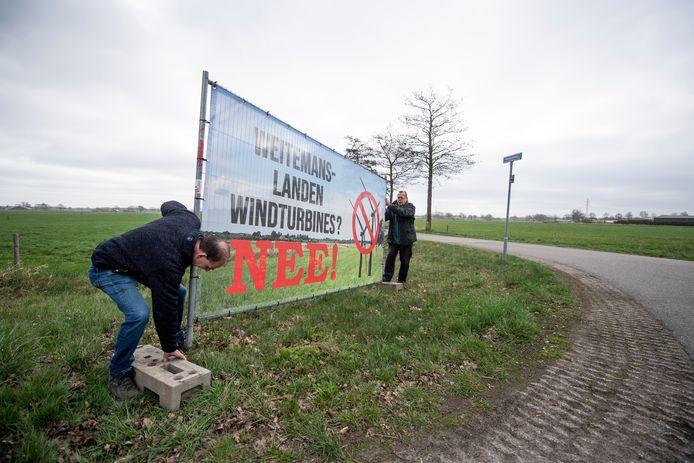 Buurtbewoners in de Weitemanslanden plaatsten onlangs spandoeken tegen komst windmolens in het gebied tussen Vriezenveen en Geesteren.