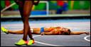 Dafne schippers uitgeteld op de grond nadat ze zilver heeft gehaald op de Spelen van 2016.