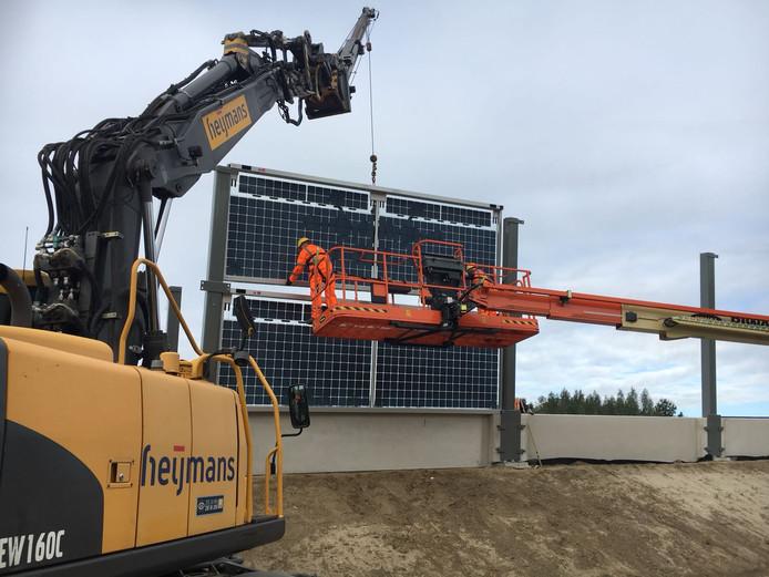De geluidwerende zonnepaneel voor Solar Highways wordt op zijn plaats gezet.