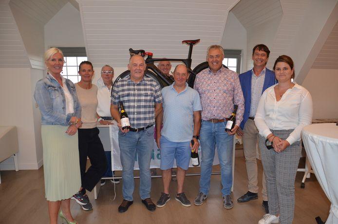 Het bestuur met enkele Haaltertse oud-wielrenners die vroeger nog hebben deelgenomen aan de Ronde van Vlaanderen.