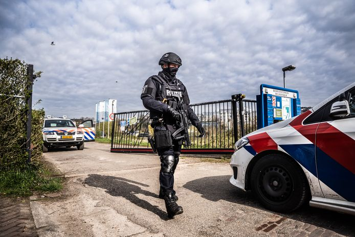 Bewaking bij het hek van Bedrijventerrein Meijnerswijk in Arnhem