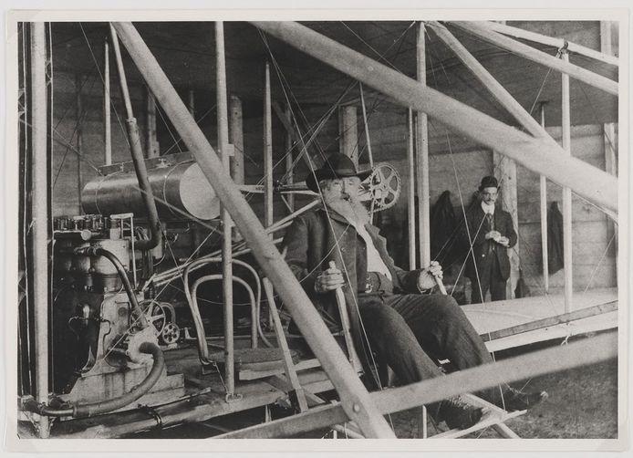 S.C.J. Heerma van Voss in 1909 in het Wright Flyer-toestel van graaf De Lambert. Heerma van Voss haalde de vliegenier en het toestel naar Etten-Leur voor de eerste gemotoriseerde vlucht vanaf Nederlandse bodem.