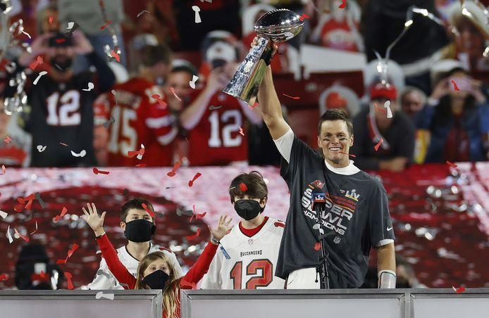 Tom Brady van de Tampa Bay Buccaneers houdt de trofee van zijn team in de lucht.