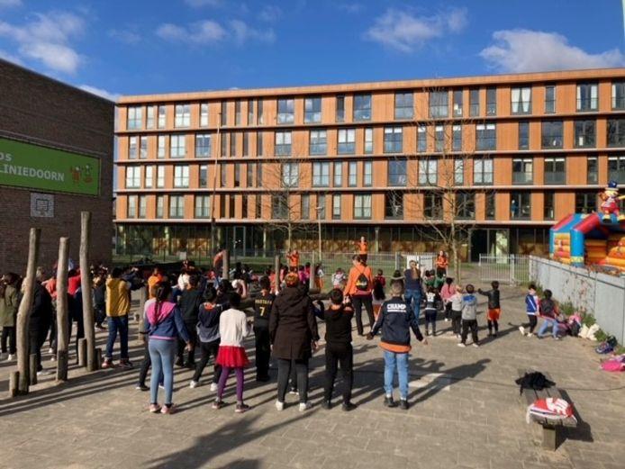 De Koningsspelen op het schoolplein van KBS De Liniedoorn.