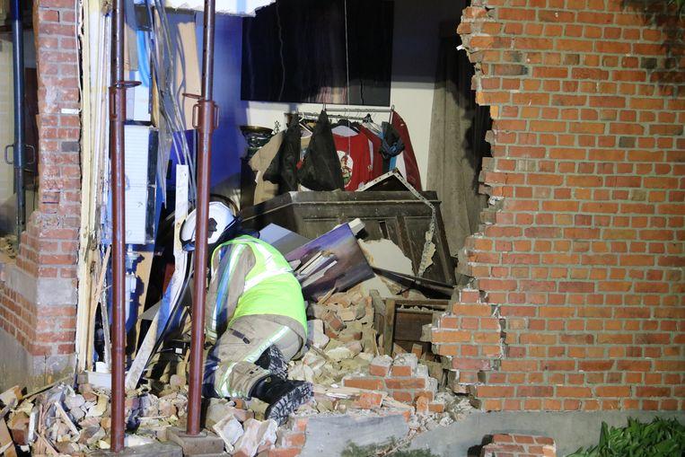 De gevel raakte zeer zwaar beschadigd, de woning is onbewoonbaar.