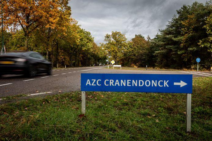 Omdat het aanmeldcentrum in Ter Apel vol zit moeten nieuwe vluchtelingen noodgedwongen in de sporthal van de voormalige legerbasis verblijven.