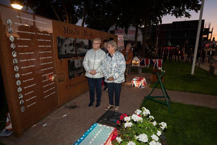 Jo van de Vorst-Kanters en Nettie Deelen onthulden woesdagavond het nieuwe deel van het oorlogsmonument in Mierlo-Hout.
