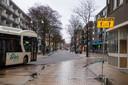 De binnenstad is nu nog op veel plekken stenig, en motorvoertuigen zijn nadrukkelijk aanwezig. Dat moet anders, is de insteek.