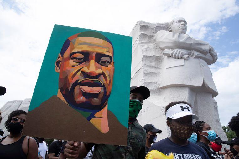 Een portret van George Floyd bij het Martin Luther King-monument in Washington.  Beeld EPA
