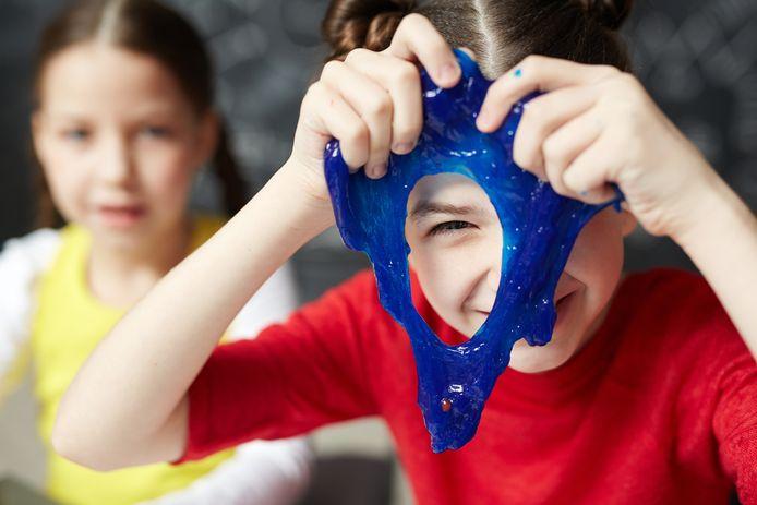 Kinderen spelen met zelfgemaakt slijm.