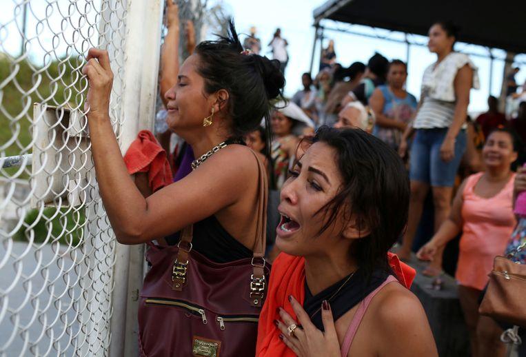 Familieleden reageren ontzet na de moord op gevangenen in Manaus, Brazilië.  Beeld REUTERS