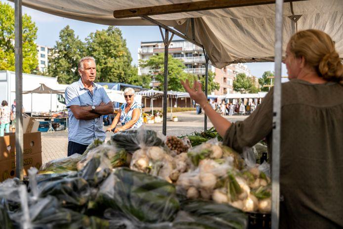 Oud marktmeester Harrie Baken gaat terug naar de markt in Woensel en spreekt met een aantal marktkooplieden waaronder Mariska.