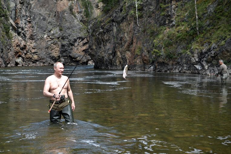epa06125615 Russian President Vladimir Putin (front)  fishing at the cascade of mountain lakes during his vacation on 01-03 August 2017,   (issued 05 August 2017), in the Tyva Republic in the southern Siberia, Russia.  EPA/ALEXEI NIKOLSKY / SPUTNIK  / KREMLIN POOL MANDATORY CREDIT Beeld EPA
