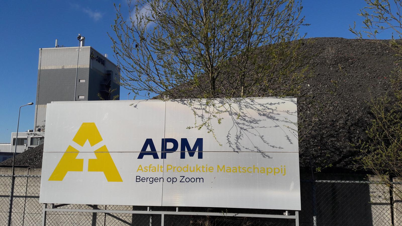 APM in Bergen op Zoom is een van de 35 asfaltcentrales in Nederland. APM maar ook diverse andere fabrieken worstelen met te hoge uitstoot van benzeen wanneer oud asfaltgranulaat wordt verwarmd om gerecycled te worden.