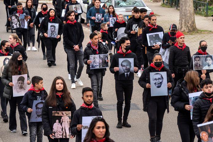 Op de kop af zeventig Molukse jongeren van de derde, vierde en vijfde generatie liepen gisteren mee in de herdenkingsmars in Elst.