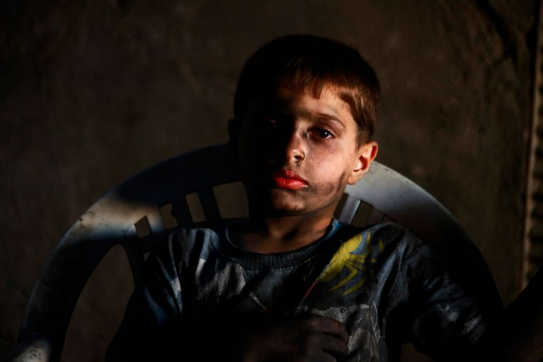 Issa, 10 years old, poses for a picture while resting in a weapons factory of the Free Syrian Army in Aleppo, September 7, 2013. Issa works with his father in the factory for ten hours every day except on Fridays. REUTERS/Hamid Khatib (SYRIA - Tags: POLITICS CONFLICT CIVIL UNREST) Beeld REUTERS