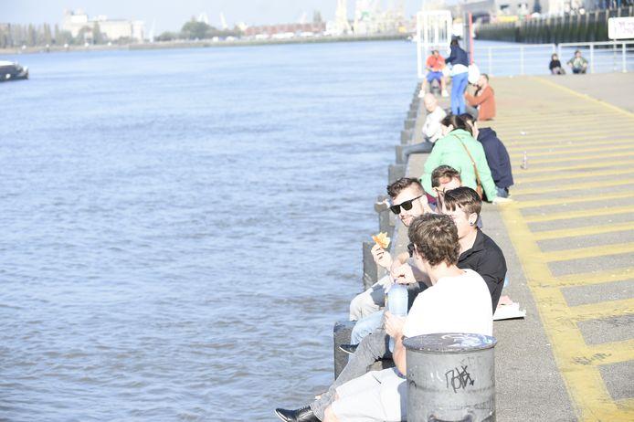 Weinigen houden rekening met de arcering. De stad laat nu hekwerk plaatsen zodat schepen veilig kunnen aanmeren.
