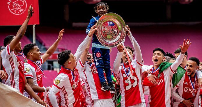 Het jongetje dat de kampioensschaal aan Ajax uitreikte wordt opgetild en mag zelf even poseren.