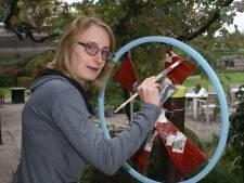 Met een penseel in de hand telt Britt (26) weer mee, nu exposeert ze met lotgenoten in Tilburg