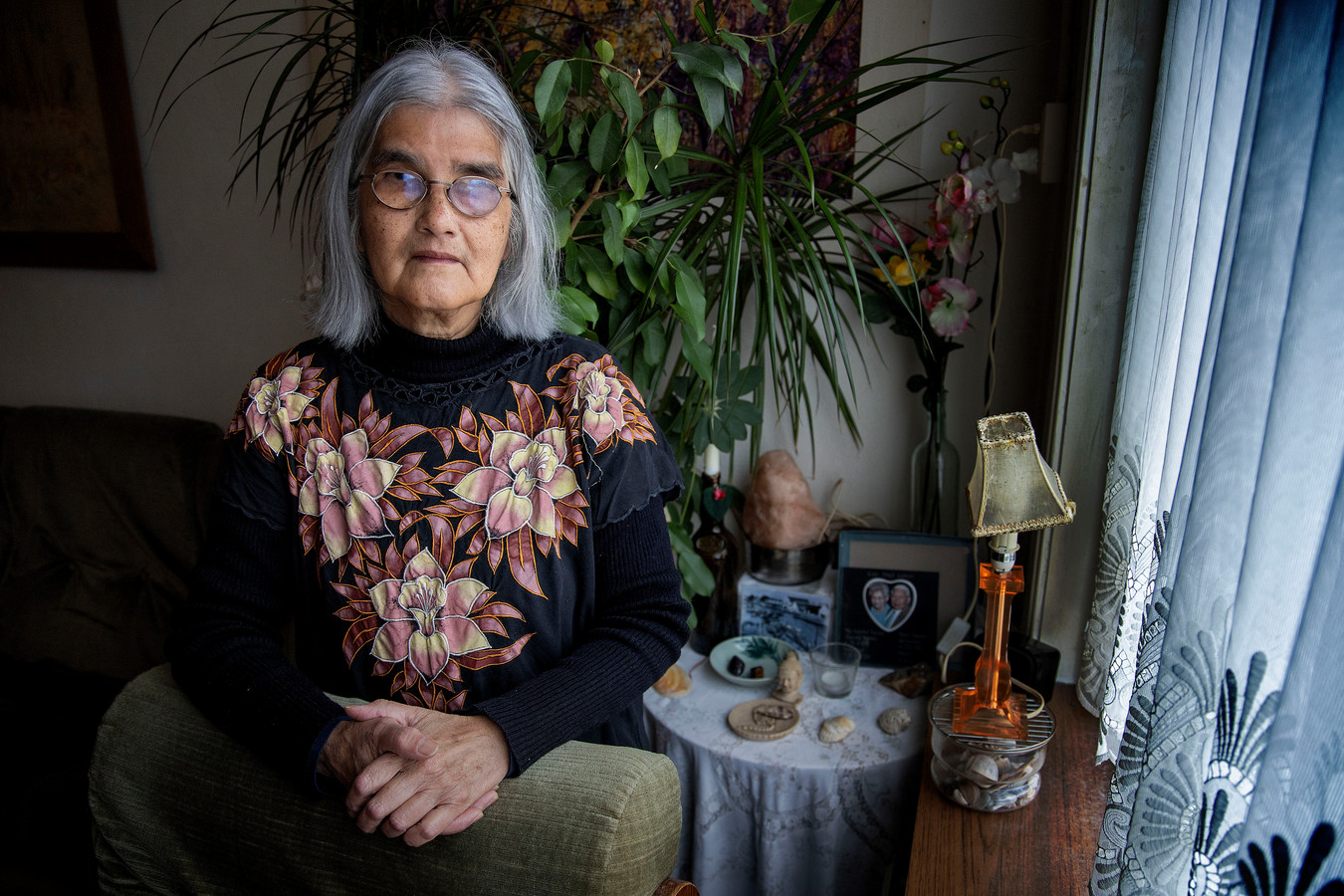Charlotte Johann, die in 1952 als 6-jarige en slechtziend in haar eentje met de boot naar Nederland kwam vanuit Surabaya om geopereerd te worden aan haar aangeboren staar. Het gezin kwam pas later na; ze waren hun leven niet meer zeker na de Indonesische onafhankelijkheidsoorlog. Later ging het gezin naar woonoord Limburglaan in Eindhoven.