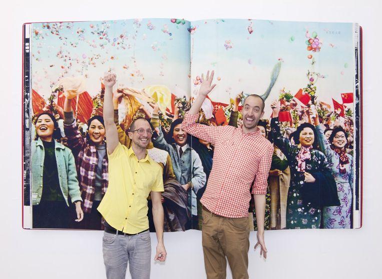 Ruben Lundgren en Thijs groot Wassink, het fotografenduo WassinkLundgren, poseren bij hun reizende tentoonstelling The Chinese Photobook in Peking, die ze samen met de Britse fotograaf Martin Parr samenstelden. Beeld null