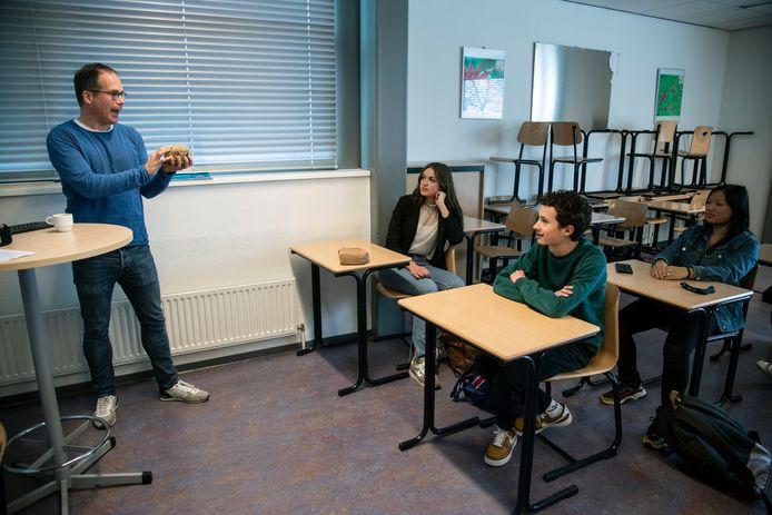 Geschiedenisleraar Martijn Vermeulen Pax Christi College Druten voor de klas.