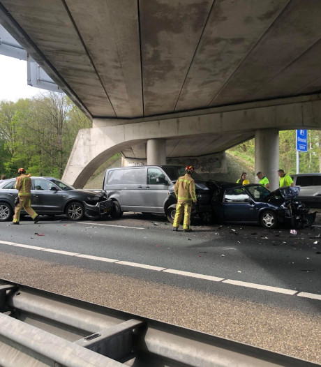 Zeventien bestuurders tegen richting in op snelweg na ongeluk