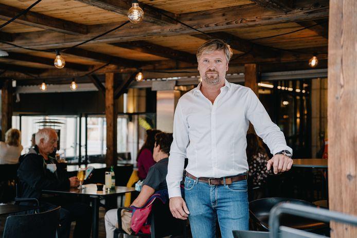 Jonathan Beke, zaakvoerder van brasserie Maddox in Kortrijk, getuigt dat het moeilijk is om personeel te vinden.