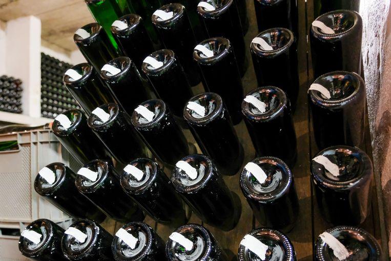 De flessen krijgen een markering onderaan omdat ze regelmatig moeten gedraaid worden en men dit zo kan controleren.