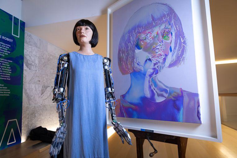 Ai-Da toont 'haar' kunstwerk tijdens een presentatie voor de pers in het Design Museum in Londen. Ai-Da is volgens het museum de eerste robotkunstenaar die 'overtuigende' kunstwerken kan maken. Beeld Tim P. Whitby/Getty Images