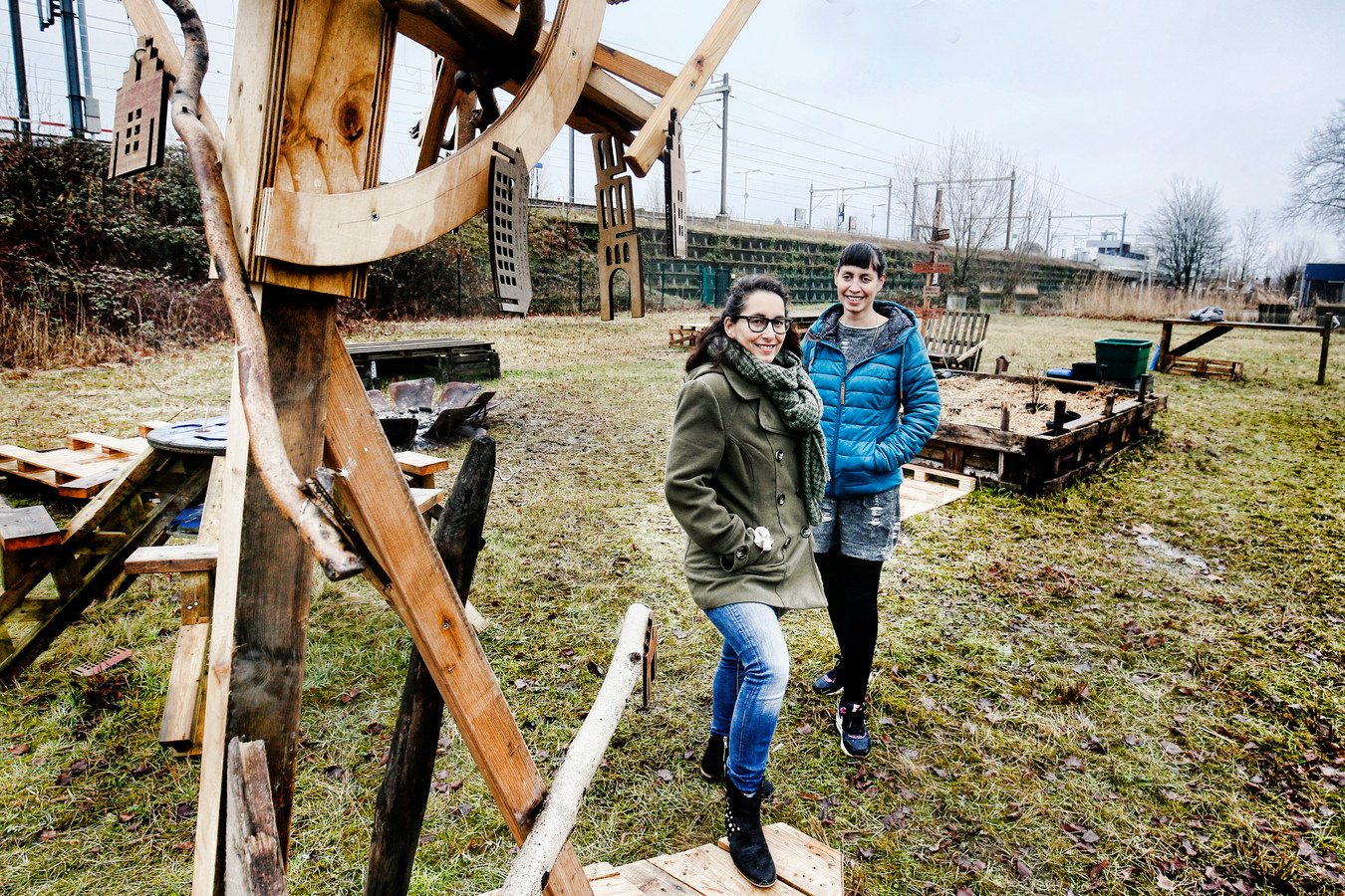 Bianca (links) en Charlotte Ernst op het terrein waar hun droom, Het Hof van Cartesius, werkelijkheid gaat worden.