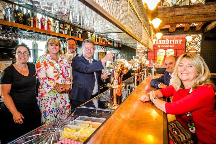Liesbeth De Reyghere (met de bloemetjesjurk) opent Flandrine, een nieuwe brasserie in hartje Brugge.