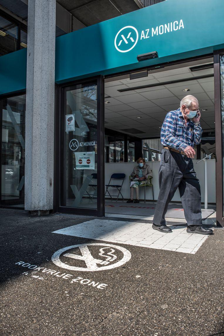 Een rookenquête van Stichting tegen Kanker leerde vorig jaar dat 81 procent van de Belgen voor een rookvrije ziekenhuiscampus is. Beeld Tiene Carlier