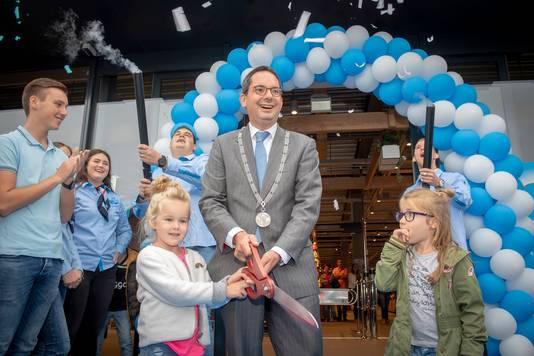 Met een grote schaar knipte burgemeester Steven Adriaansen van de gemeente Woensdrecht een lint door om de nieuwe Albert Heijn in Hoogerheide te openen.