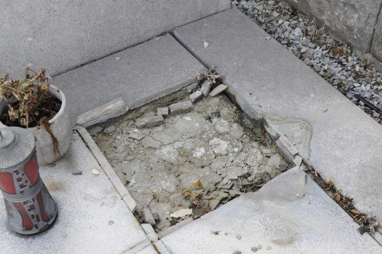 DE beschadigde grafsteen.