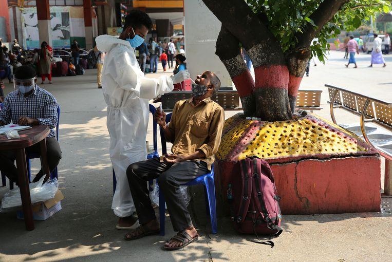 Een man wordt getest op covid in Bengaluru, India. Beeld AP