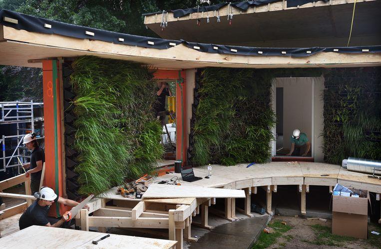 Studenten van de Technische Universiteit van Eindhoven (team VIRTUe) doen mee aan internationale bouwwedstrijd gericht op innovatief en duurzaam bouwen. Beeld Marcel van den Bergh / de Volkskrant.