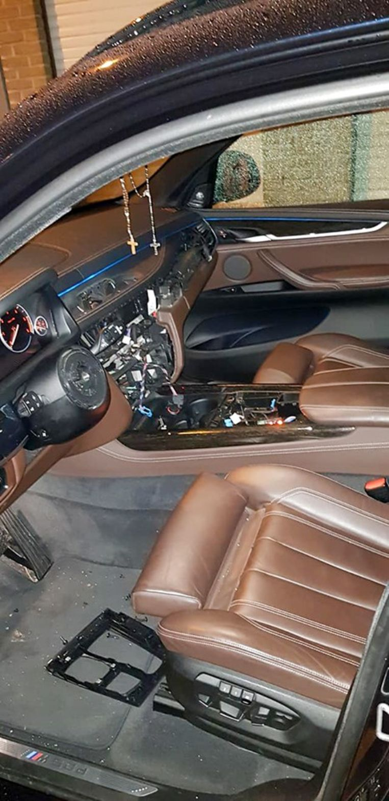 Het stuur, de radio, middenconsole én de versnellingspook: de dieven plunderden de BMW X5 M50D van Tonyo Joos.