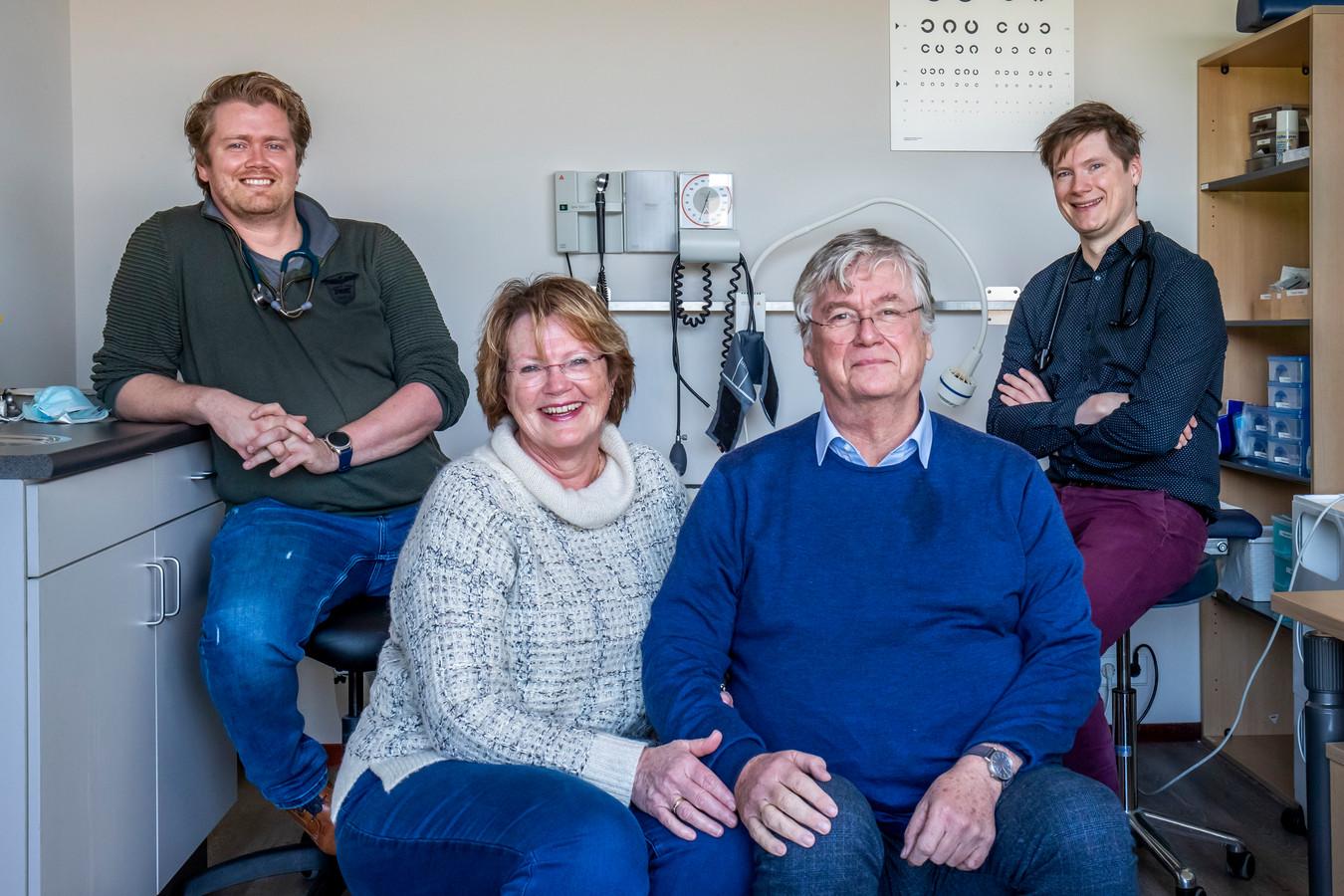 Huisartsen Anneke en Hilco Nijdam (65 en 64) nemen afscheid. Hun zoons Chris (34, links) en Sander (32) nemen de praktijk over.