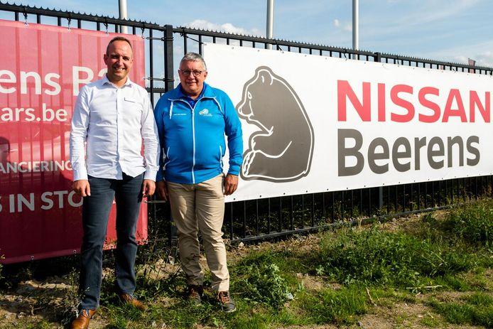Gert Ielegems van hoofdsponsor garage Beerens en Staf Van Mensel, de organisator van de wielerwedstrijd.