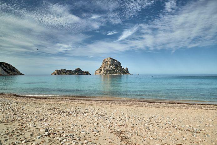 De beroemde stranden van Ibiza zullen de komende maanden ook weer door Nederlanders worden bezocht, nu het eiland een veilig reisadvies krijgt.
