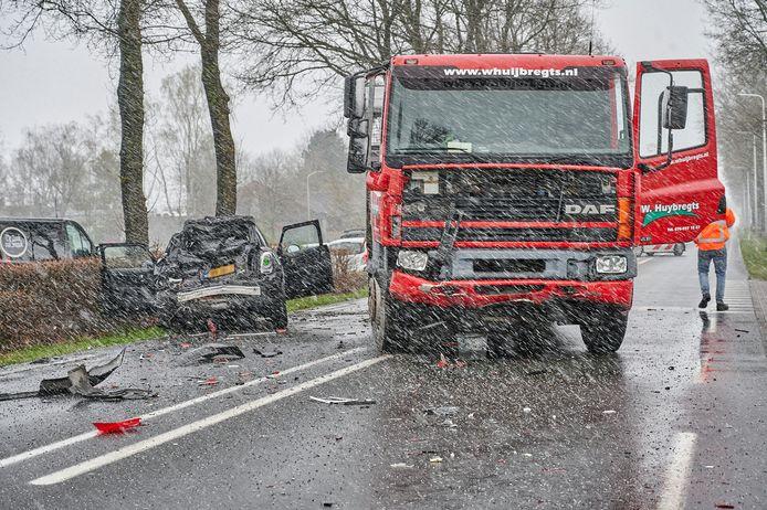 De plek van de botsing tussen twee auto's en een vrachtwagentje op de N263 in Zundert.