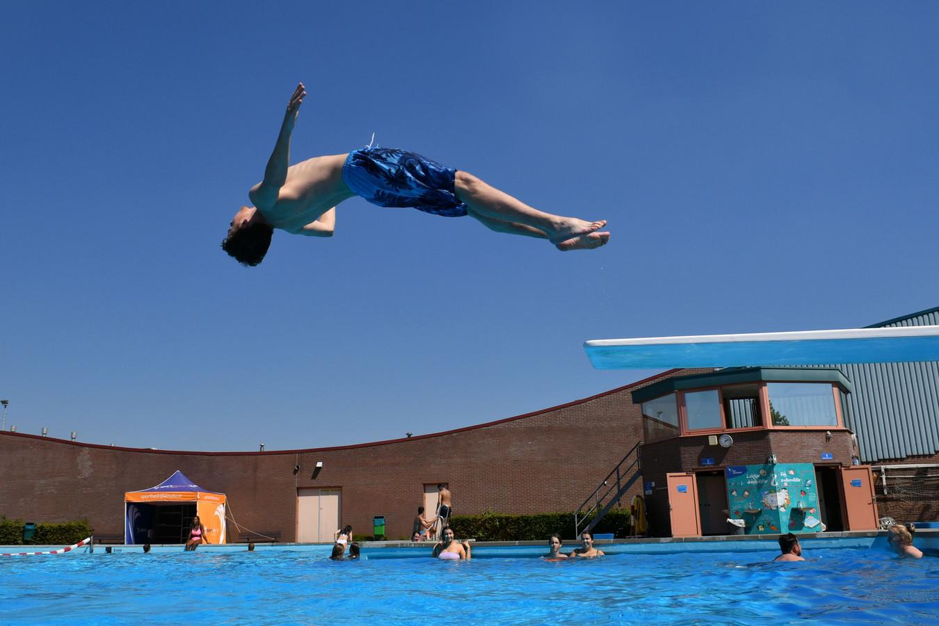 Almelo krijgt vrijwel zeker een nieuw zwembad. Of daar ook een buitenbad bij zit, hangt nog in de lucht.
