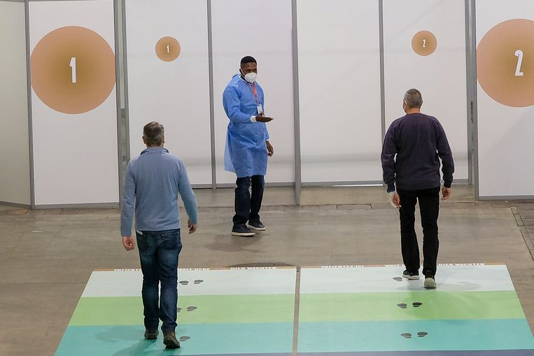 Een vaccinatiecentrum in Brussel. De Brusselse gezondheidsinspectie liet eerder deze week weten dat het doel, om 70 procent van alle volwassenen tegen midden juli een eerste prik te geven, niet haalbaar is.  Beeld Marc Baert