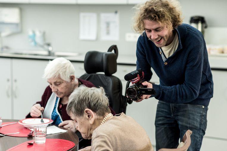 Wannes Deleu werkt in het rusthuis aan 'Voor ik het vergeet'. Beeld Tine Schoemaker