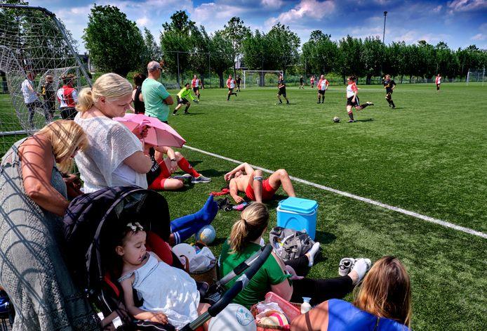 Twintig voetbalteams gingen met elkaar de strijd aan tijdens het voetbaltoernooi tijdens de benefietdag.