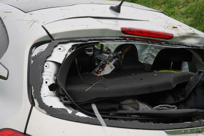 In en naast de auto lagen enkele lege drankflessen. De bestuurder bleek na een blaastest niet onder invloed te zijn.