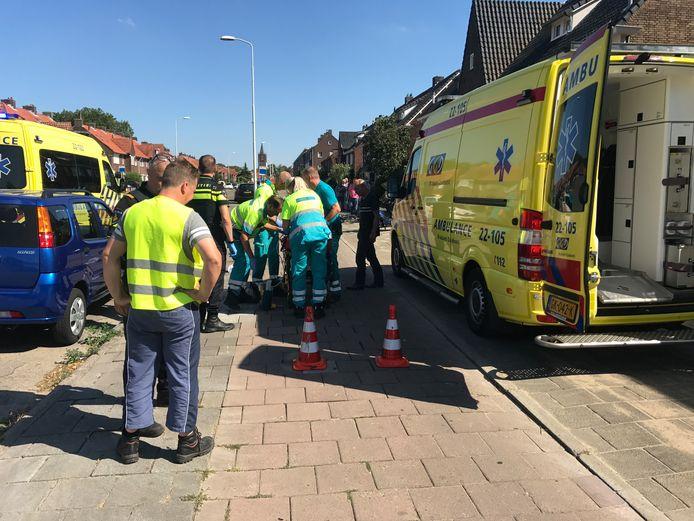 Ambulancepersoneel ontfermt zich over slachtoffers van scooterongeluk op de Heezerweg